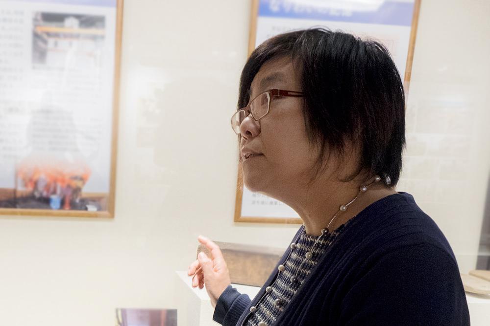 展示の背景を解説する山田教授