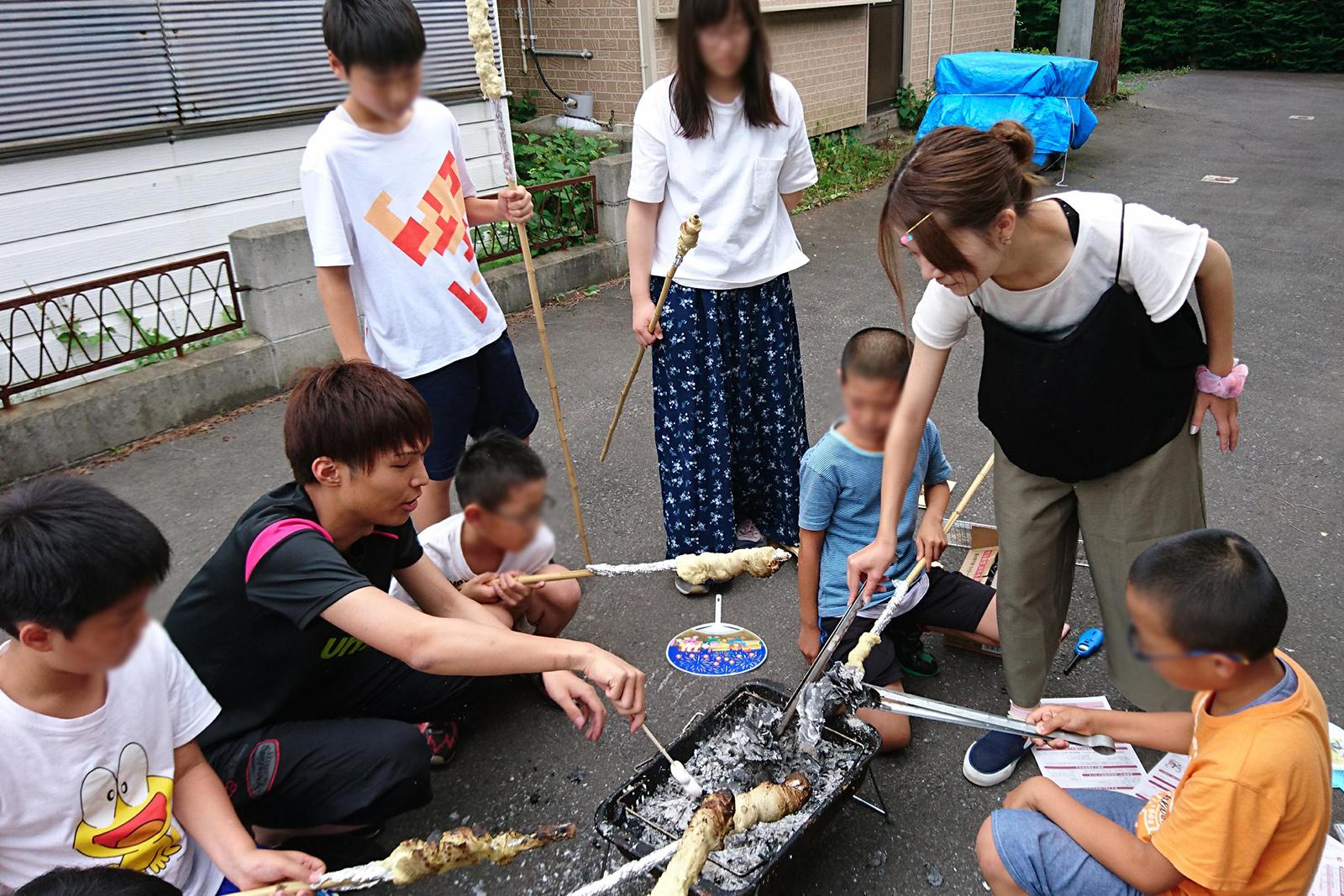 市内の町会の子どもたちと棒パン作りで交流