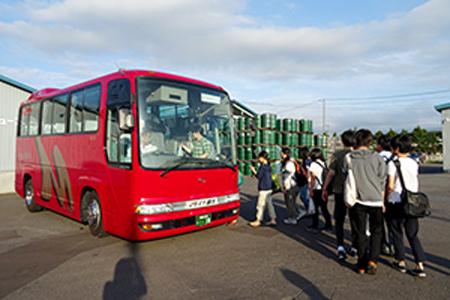 弘前大学キャリアセンターの青森県内企業をめぐるバスツアー
