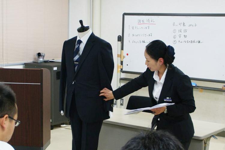 弘前大学キャリアセンターでスーツの着こなし講座
