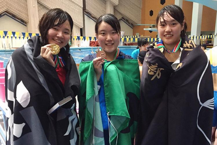 弘前大学水泳部 他校の入賞者と撮影。このとき弘前大学は1位入賞