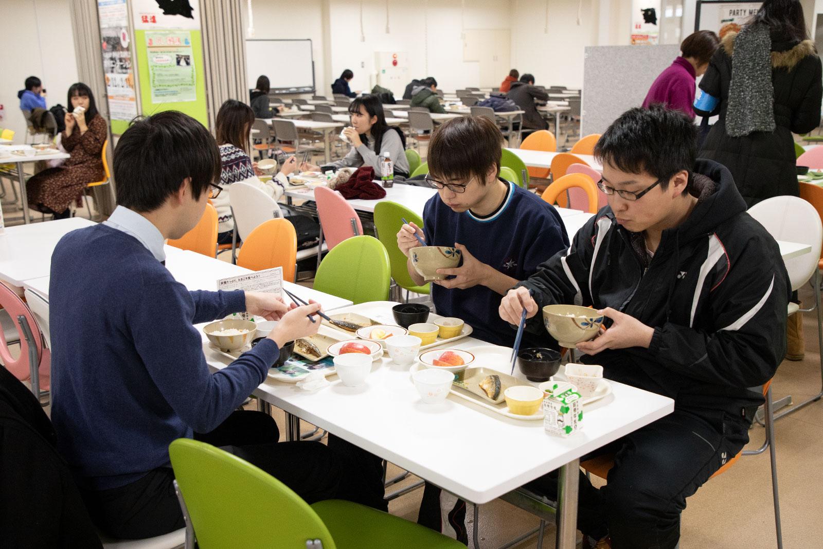 テスト期間中100円朝食を何度も利用している学生