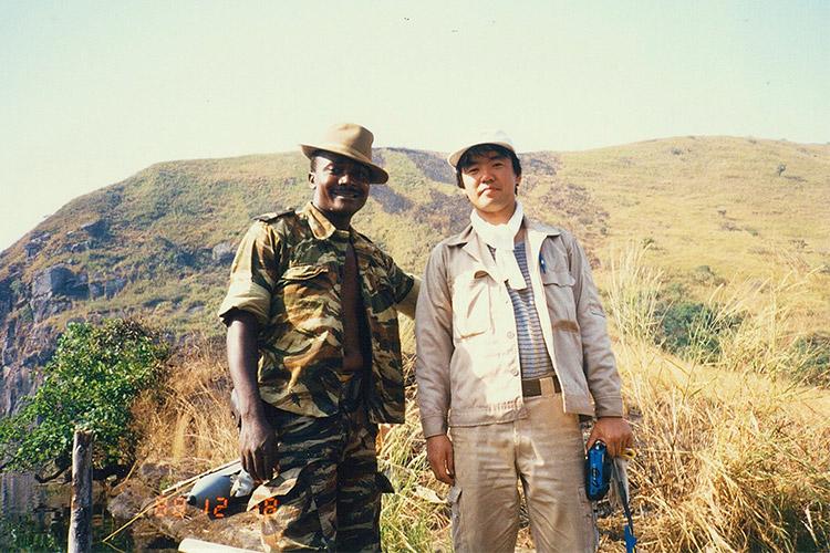 アフリカの火山湖ニオス湖で災害調査