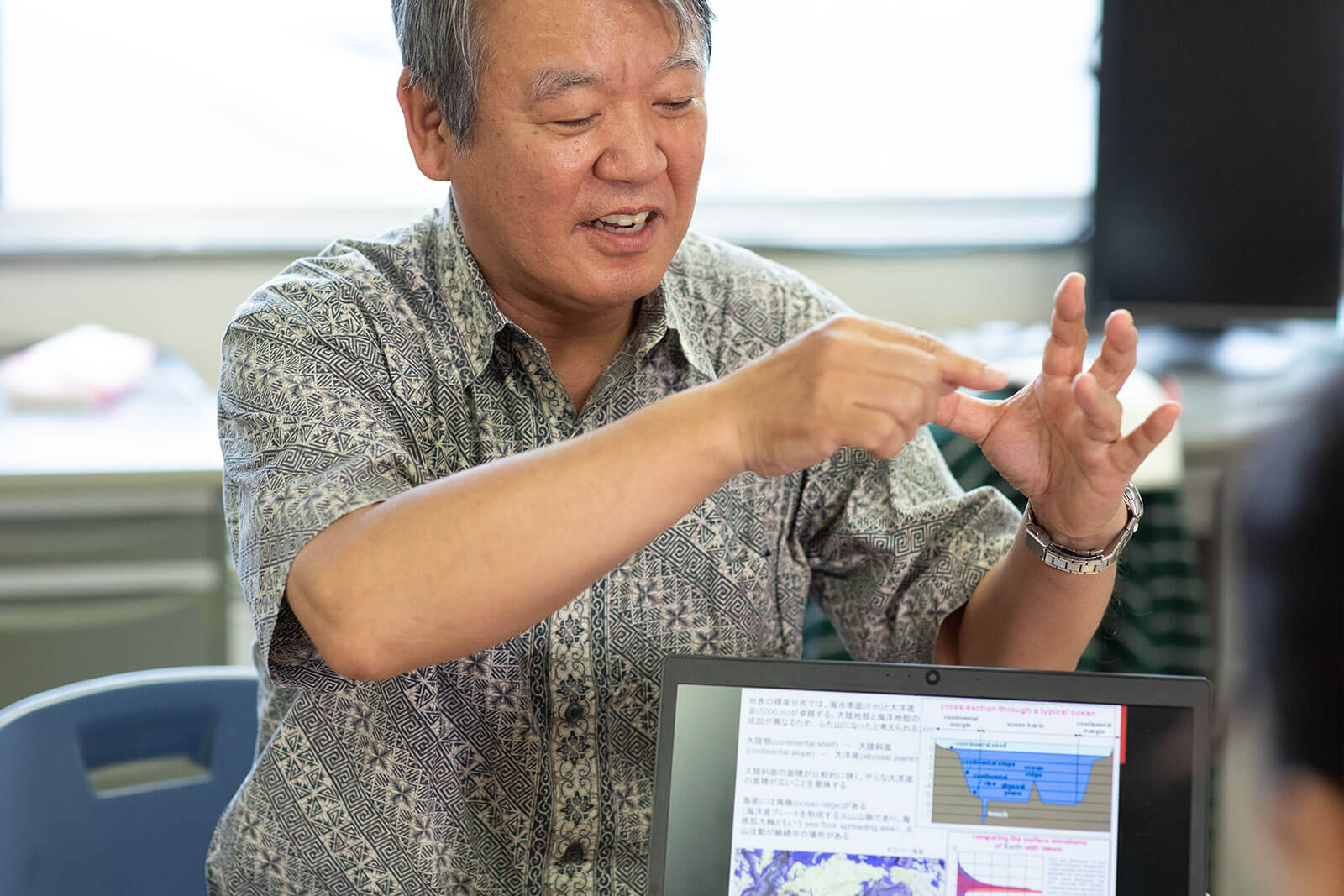 海底調査について説明する野尻教授