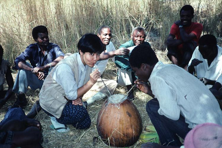 1984年頃 ザンビアの村でシコクビエ酒を飲む