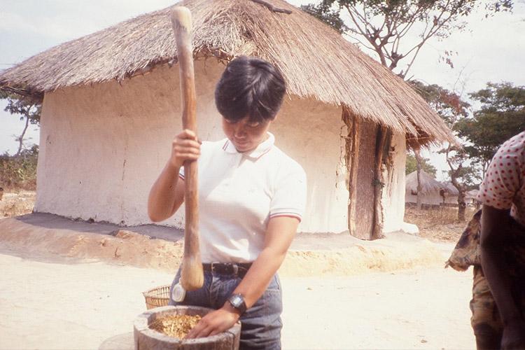 1984年頃 ザンビアの村でシコクビエ搗きを体験