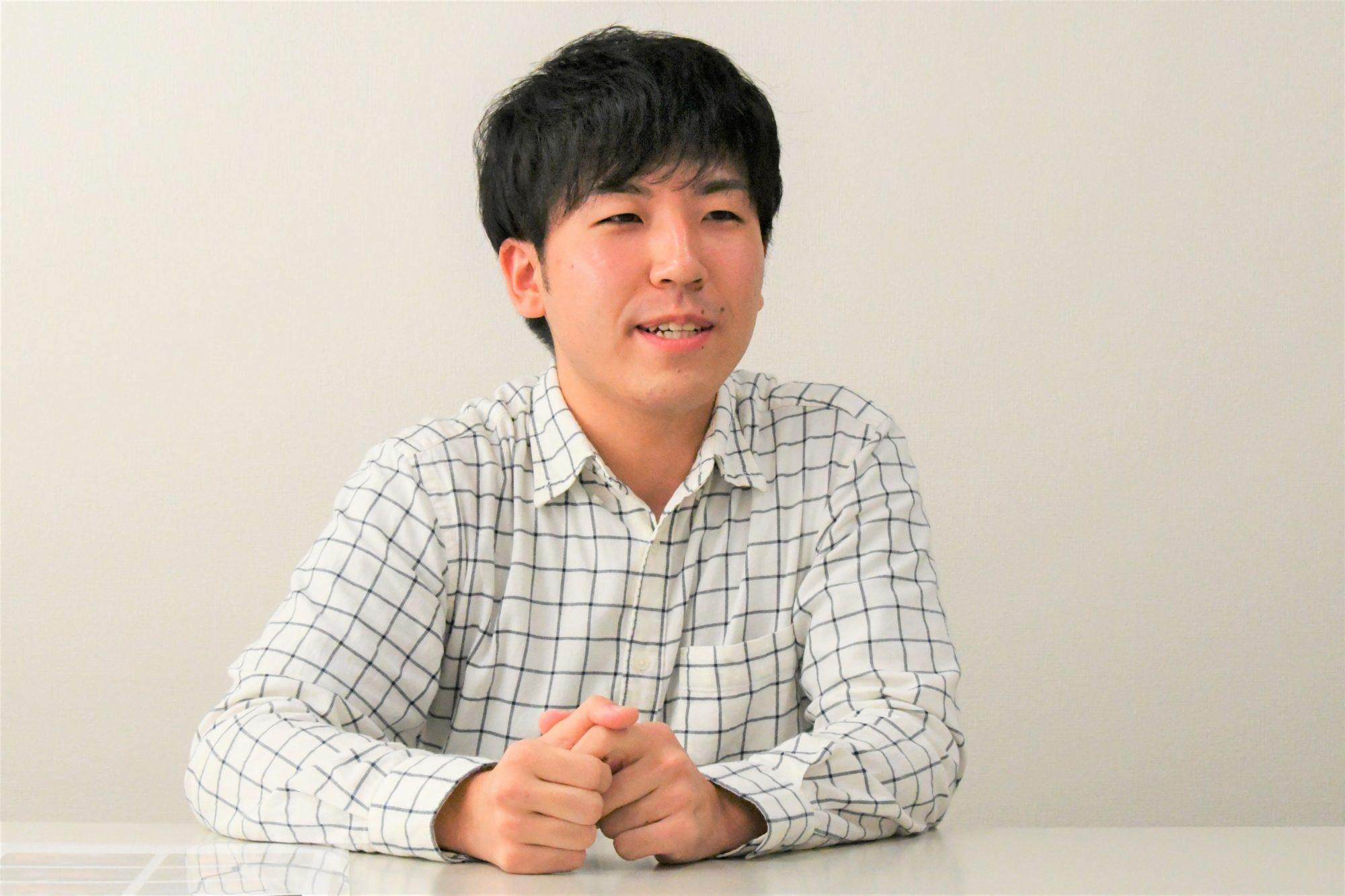 インタビュー中の津川さん