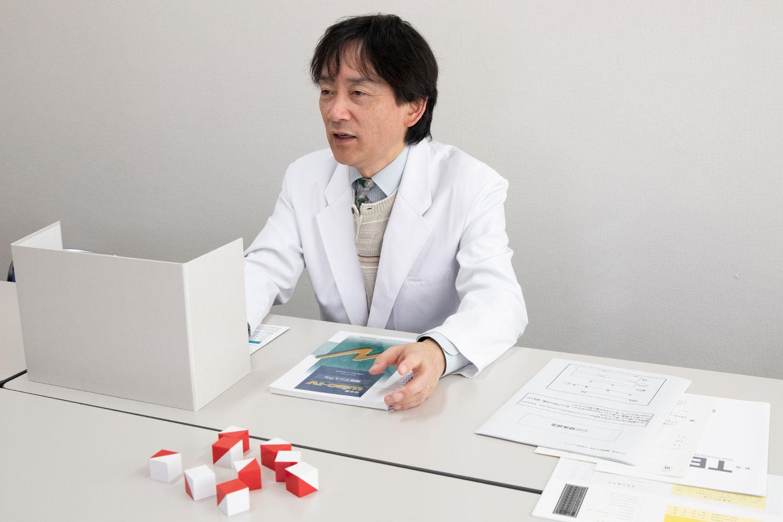 自閉症の検査の説明する栗林教授