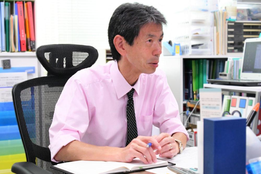 インタビュー中の岩井先生