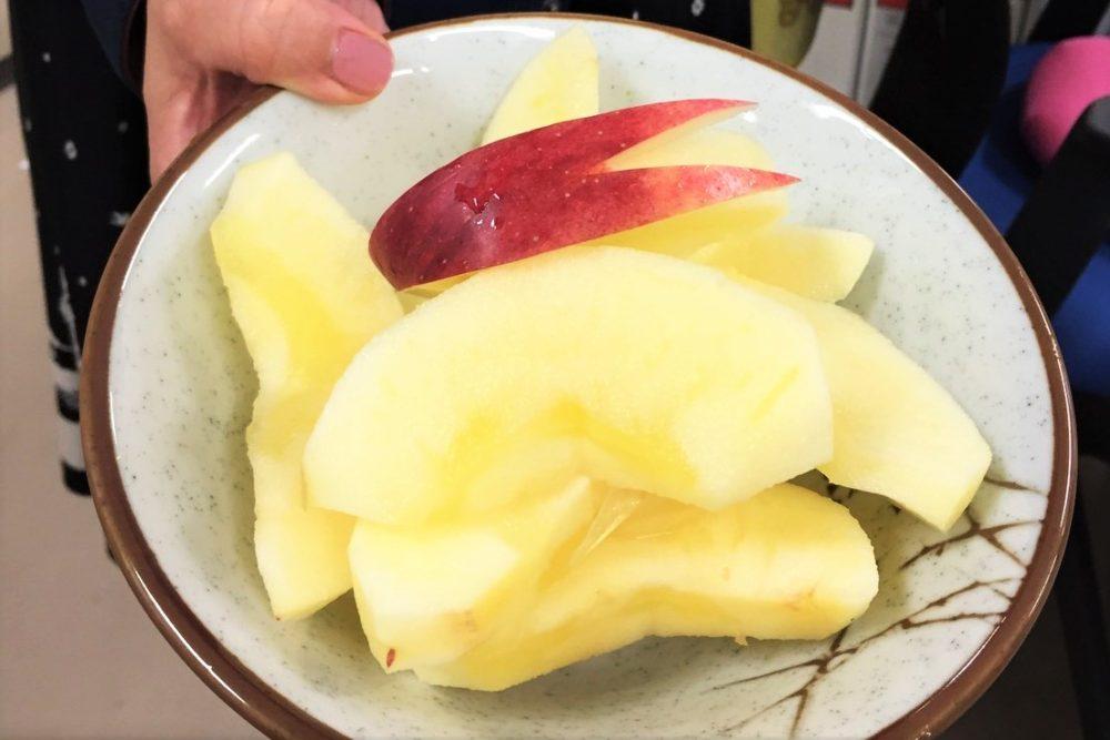 事務室で配られた藤崎農場のリンゴ