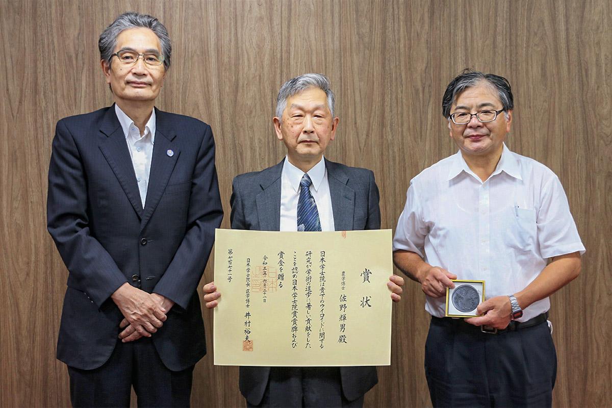 2021年6月21日、授賞式が実施された。画像は学長報告時の記念写真